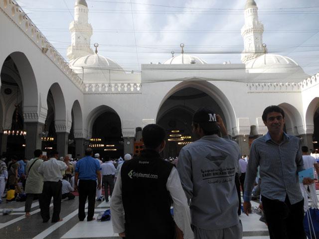 bersama petugas Masjid Quba